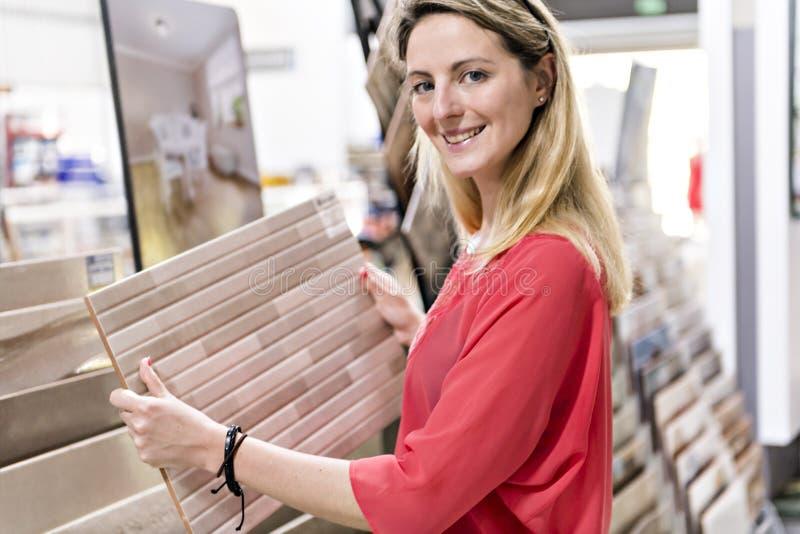 Portret ufny dorosłej kobiety klient w narzędzia sklepie zdjęcie stock