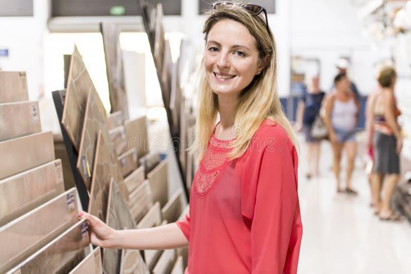 Portret ufny dorosłej kobiety klient w narzędzia sklepie zdjęcia stock