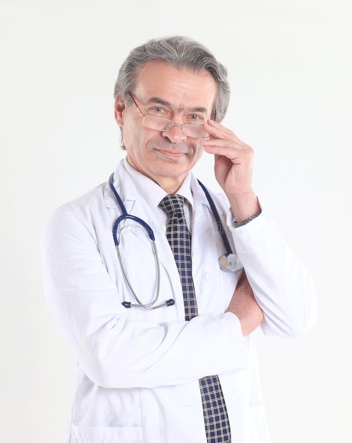 Portret ufny lekarz z stetoskopem pojedynczy białe tło obraz royalty free