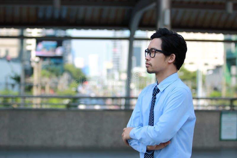 Portret ufny młody Azjatycki biznesmen patrzeje daleko przy outside biurem biznesowego poj?cia diagrama ogniskowania szk?a target obraz royalty free