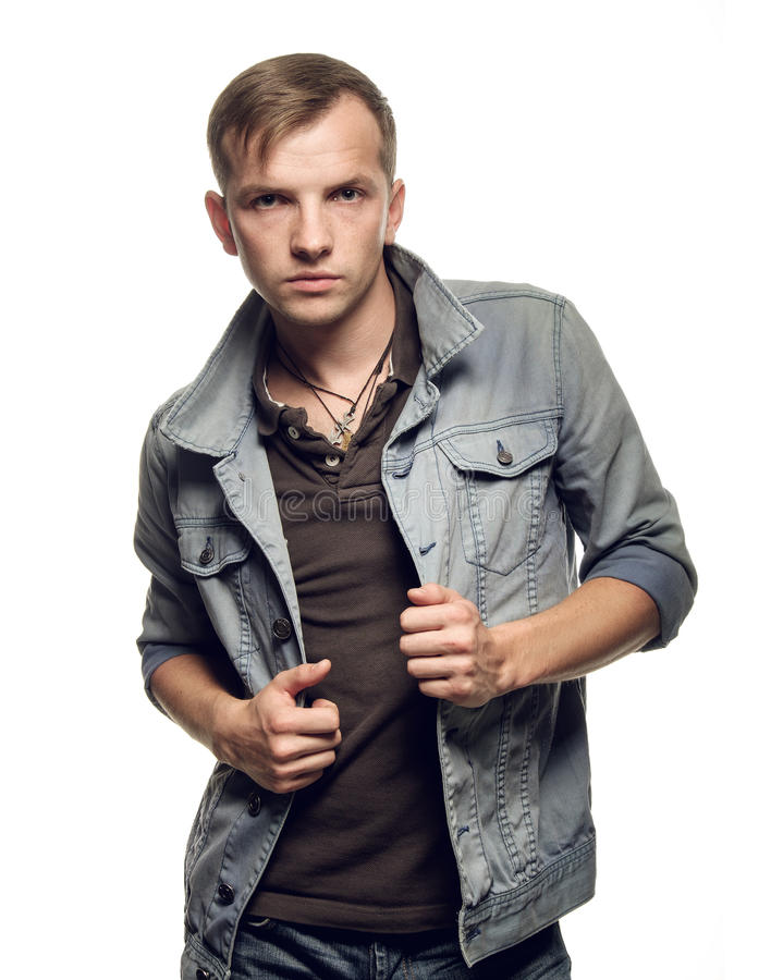 Portret ufny młody człowiek w cajg kurtce na bielu obraz stock
