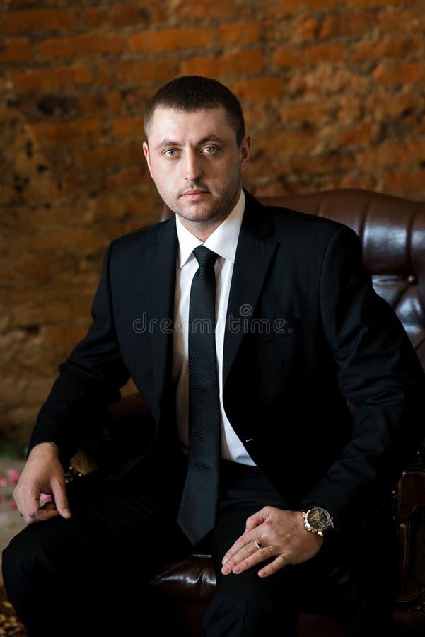 Portret ufny młody człowiek w czarnym kostiumu obraz royalty free