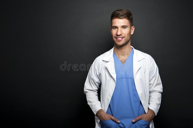 Portret ufny młody lekarz medycyny fotografia stock