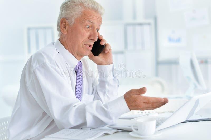 Portret ufny starszy biznesmen obraz stock