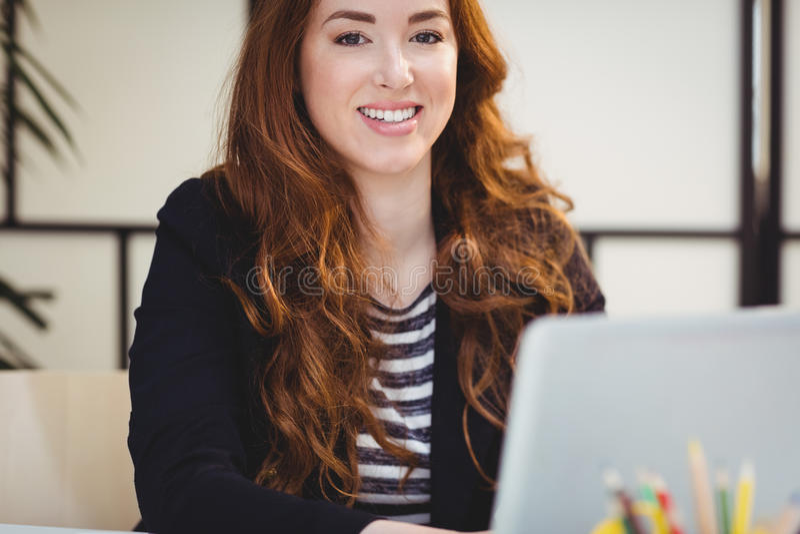 Portret ufny wykonawczy używa laptop przy biurem obrazy royalty free