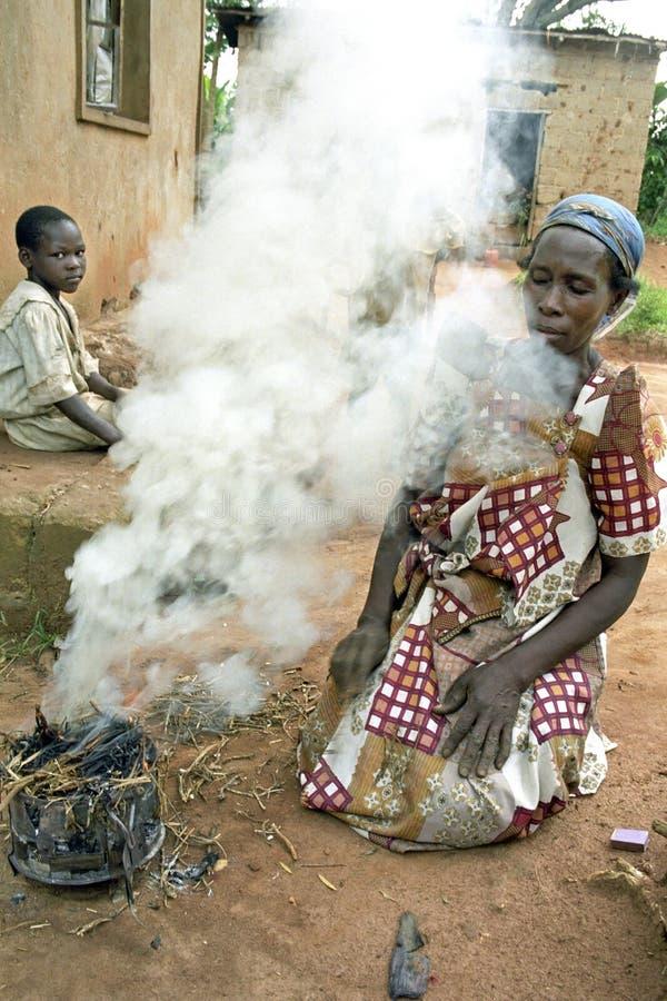 Portret Ugandyjska kobieta, ogień i dym, obrazy royalty free