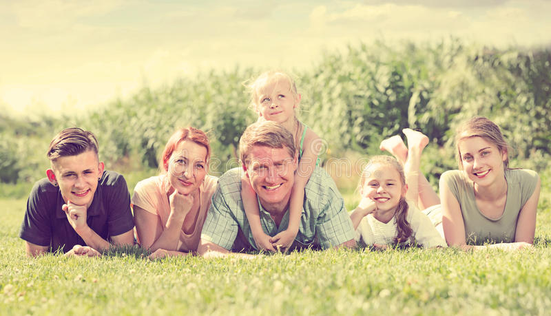 Portret uprawiać hazard dużej rodziny lying on the beach na zielonym gazonie outdoors fotografia royalty free