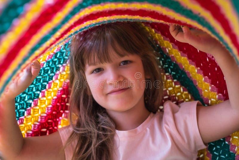 Portret urocza berbeć dziewczyna bawić się pod koc Życie momenty i szczęśliwy dzieciństwa pojęcie zdjęcie stock
