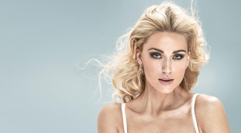 Portret urocza blond dziewczyna zdjęcie royalty free