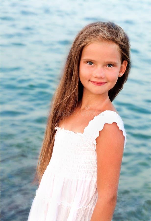 Portret urocza mała dziewczynka na dennym wybrzeżu zdjęcia stock