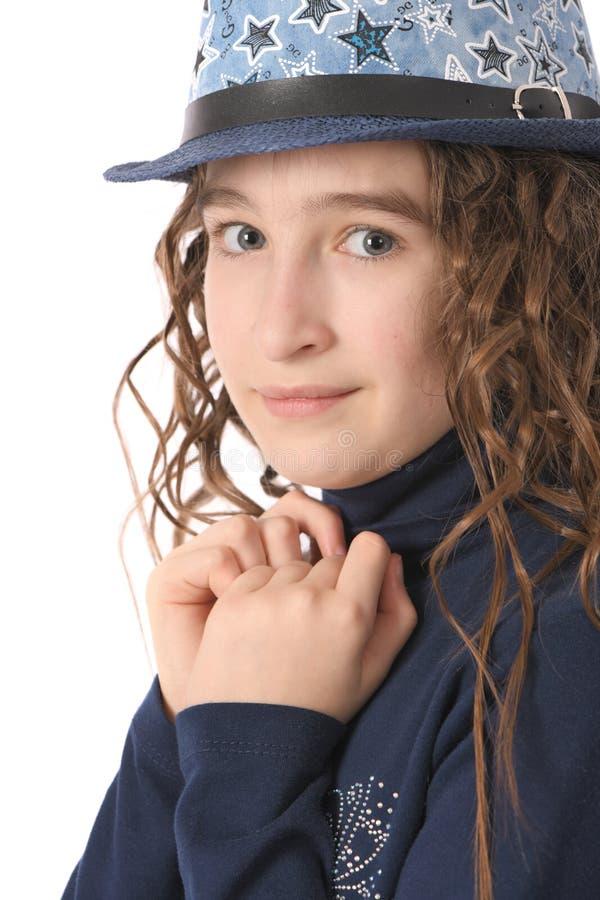 Portret urocza uśmiechnięta dziewczyny dziecka uczennica z skarbikowanym włosy w kapeluszu zdjęcie stock