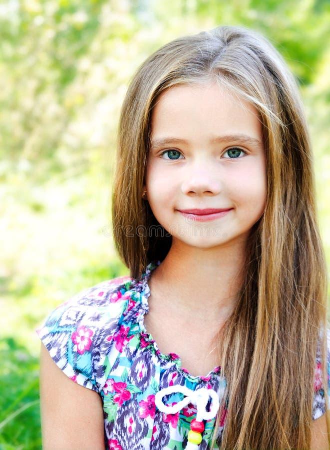 Portret urocza uśmiechnięta mała dziewczynka zdjęcie royalty free
