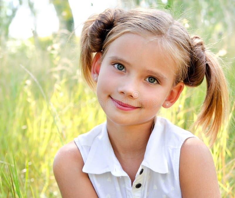 Portret urocza uśmiechnięta mała dziewczynka w letnim dniu fotografia stock