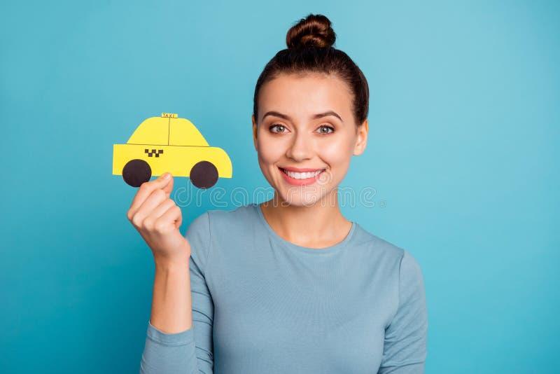 Portret uroczej ładnej damy kępki chwyta ręki papierowej karty taxi piękna samochodowa żółta taksówka chce wycieczka waka obrazy stock