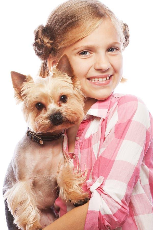 Portret uroczej młodej dziewczyny uśmiechnięty mienie śliczny szczeniak fotografia stock
