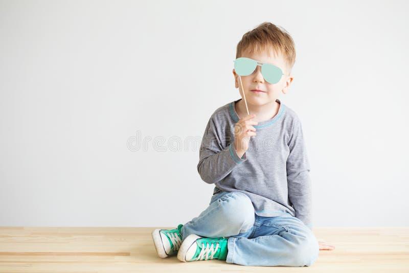Portret uroczy małe dziecko z błękitnego papieru szkłami zdjęcie stock