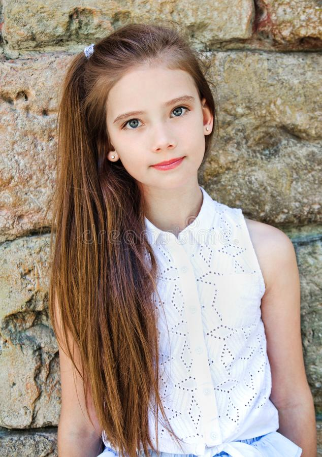 Portret uroczy poważny małej dziewczynki dziecka uczennicy nastolatek outdoors obrazy royalty free