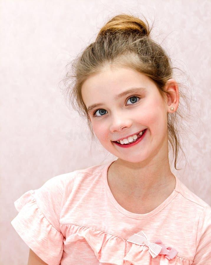 Portret uroczy uśmiechnięty małej dziewczynki dziecko zdjęcie royalty free