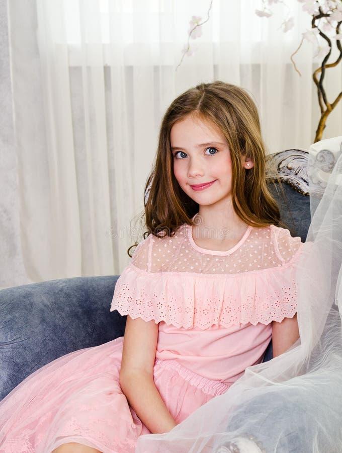 Portret uroczy uśmiechnięty małej dziewczynki dziecko w princess sukni zdjęcia stock