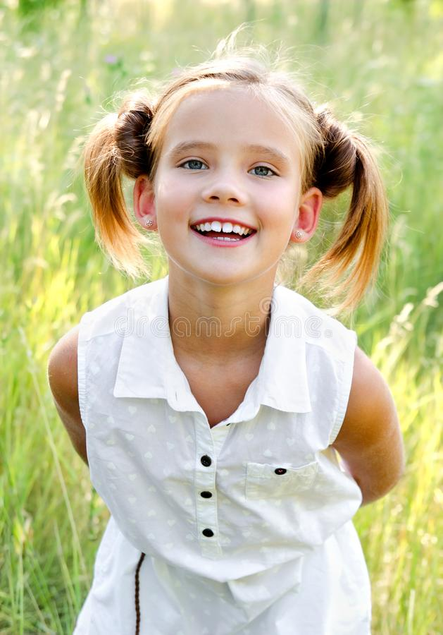 Portret uroczy uśmiechnięty małej dziewczynki dziecko w smokingowy plenerowym obrazy royalty free
