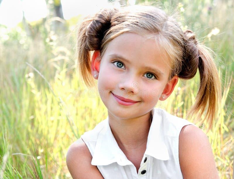 Portret uroczy uśmiechnięty małej dziewczynki dziecko w smokingowy plenerowym obraz stock