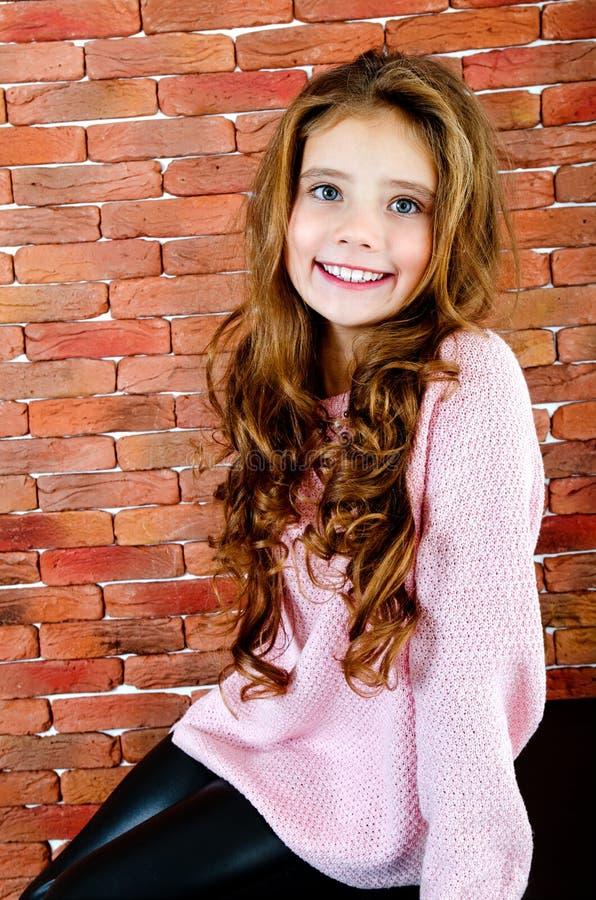 Portret uroczy uśmiechnięty siedzący małej dziewczynki dziecko obraz royalty free