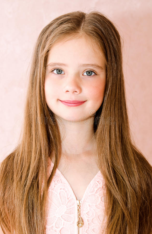 Portret uroczy uśmiechnięty szczęśliwy małej dziewczynki dziecko zdjęcie stock