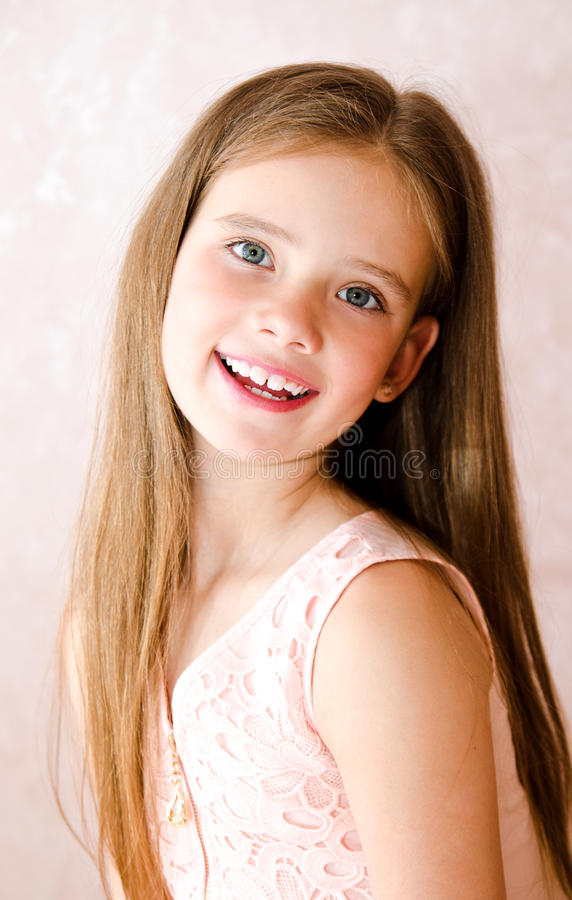 Portret uroczy uśmiechnięty szczęśliwy małej dziewczynki dziecko zdjęcia royalty free