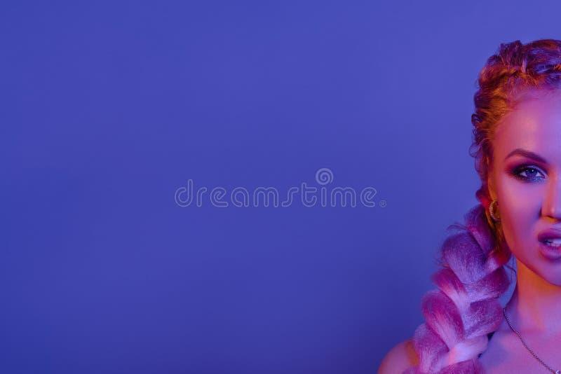 Portret uwodzicielska młoda Europejska kobieta otaczająca wieczór neonowymi światłami średnimi w górę zdjęcia stock