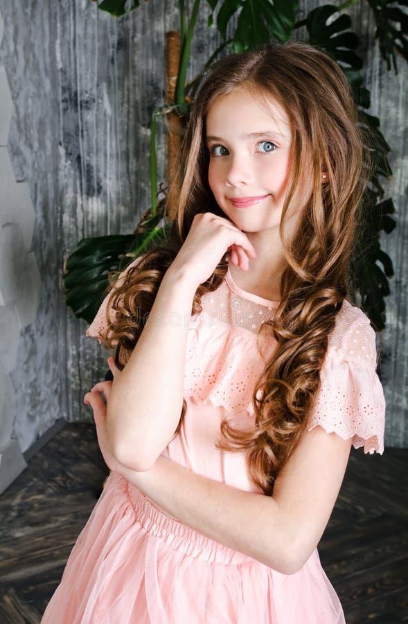 Portret van aanbiddelijk glimlachend bevindend meisjekind stock fotografie