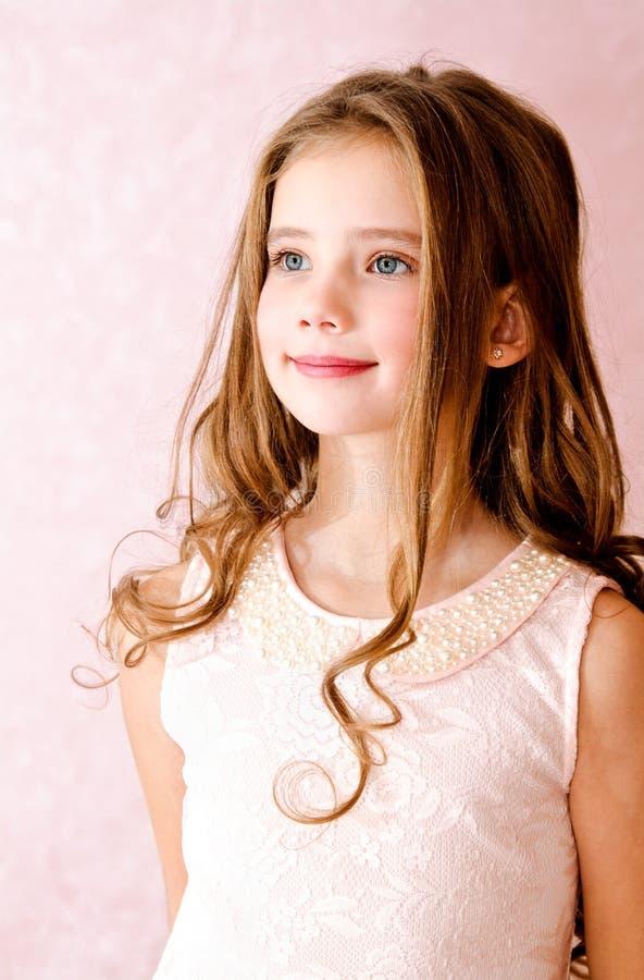 Portret van aanbiddelijk glimlachend meisjekind royalty-vrije stock foto