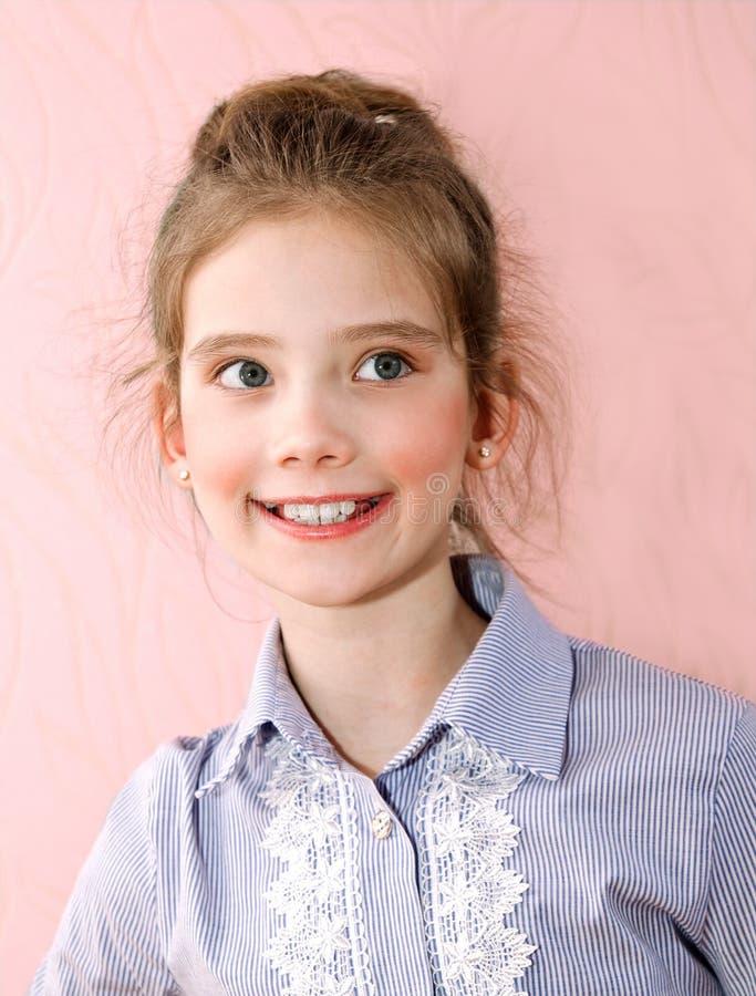 Portret van aanbiddelijk glimlachend meisjekind stock fotografie