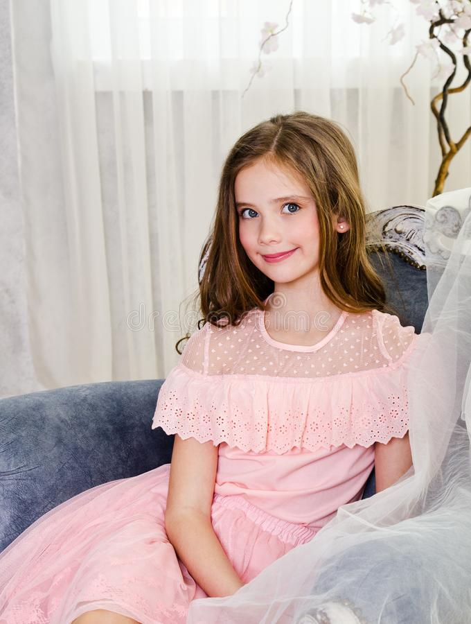 Portret van aanbiddelijk glimlachend meisjekind in prinseskleding stock foto's