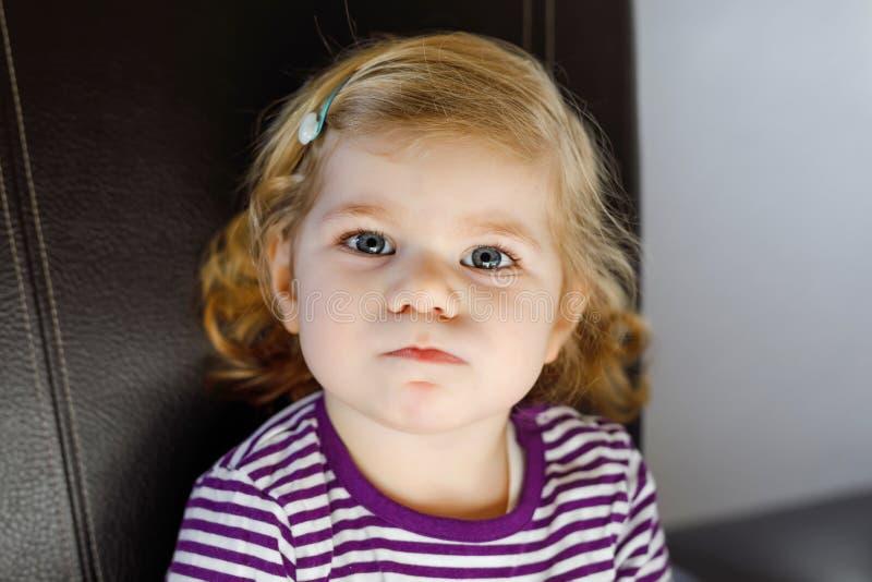 Portret van aanbiddelijk leuk peutermeisje van twee jaar Mooie baby met blonde haren die en bij de camera bekijken glimlachen stock foto's