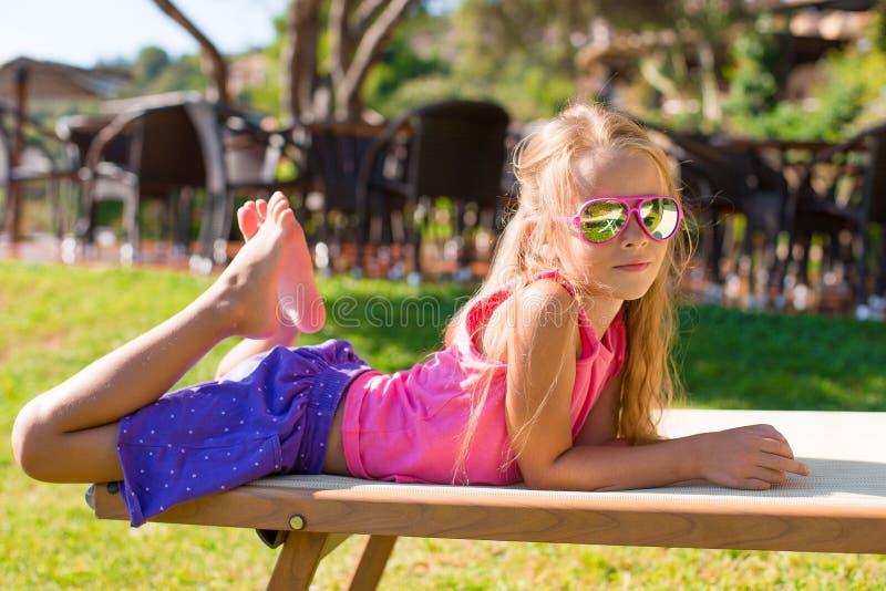 Portret van aanbiddelijk meisje in openlucht royalty-vrije stock afbeelding