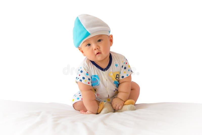 Portret van aanbiddelijke baby op het bed in mijn ruimte stock fotografie