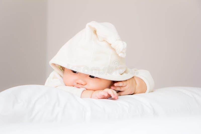 Portret van aanbiddelijke baby op het bed in mijn ruimte royalty-vrije stock foto