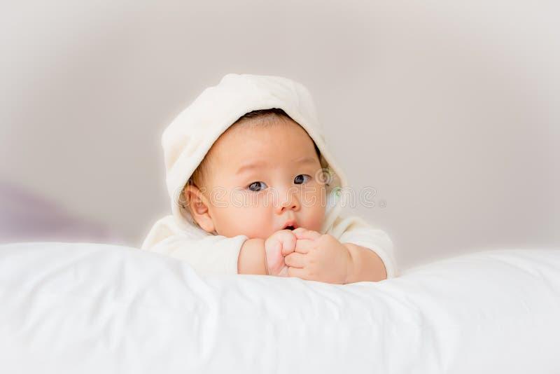 Portret van aanbiddelijke baby op het bed in mijn ruimte stock foto