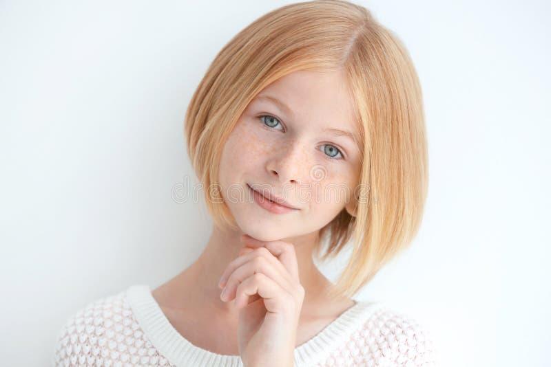 Portret van aantrekkelijk die tienermeisje met sproeten, op wit wordt geïsoleerd royalty-vrije stock fotografie