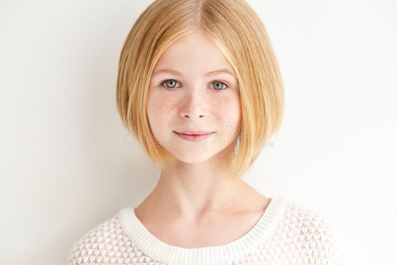 Portret van aantrekkelijk die tienermeisje met sproeten, op wit wordt geïsoleerd stock foto's