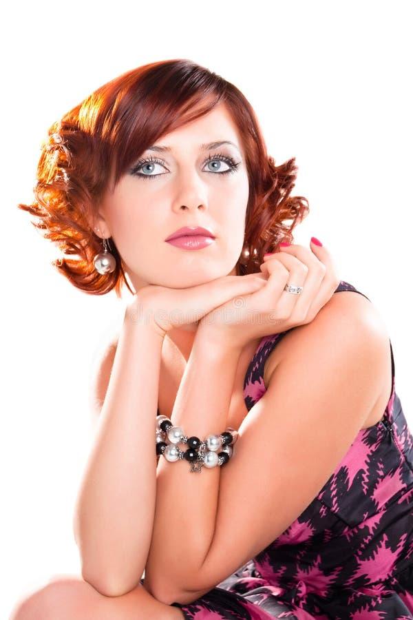 Portret van aantrekkelijk dromend rood haired meisje royalty-vrije stock foto