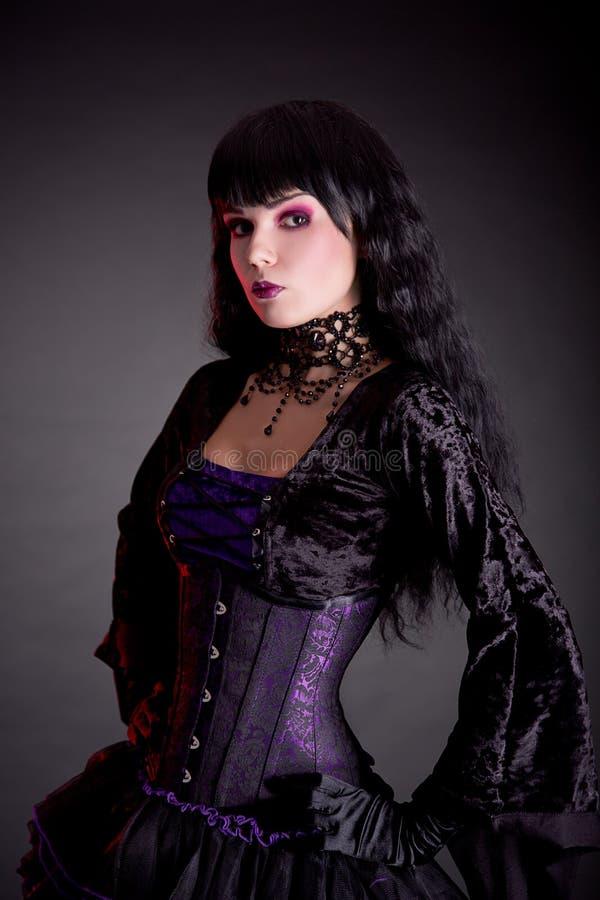 Portret van aantrekkelijk gotisch meisje in elegant middeleeuws kostuum stock foto