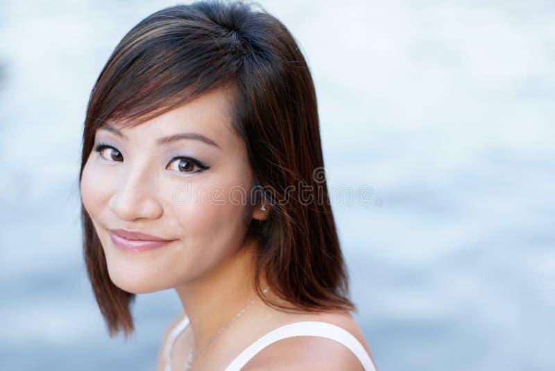 Portret van aantrekkelijk Japans meisje door rivier royalty-vrije stock fotografie