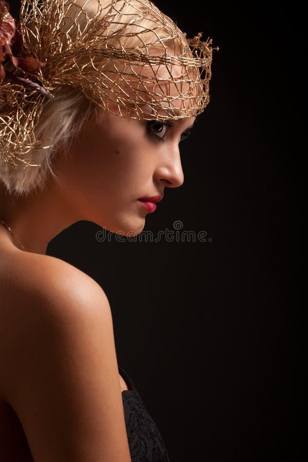Portret van aantrekkelijk retro-stijlmeisje in bonnet stock afbeelding