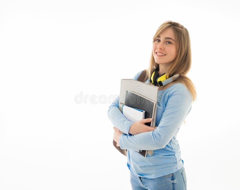 Portret van aantrekkelijk tienermeisje met rugzak gelukkig met student levensstijl en het leren stock foto