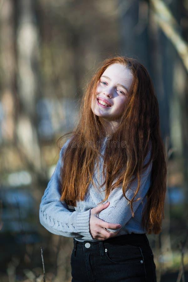 Portret van aantrekkelijk vrolijk tienermeisje met helder rood lang haar stock afbeeldingen