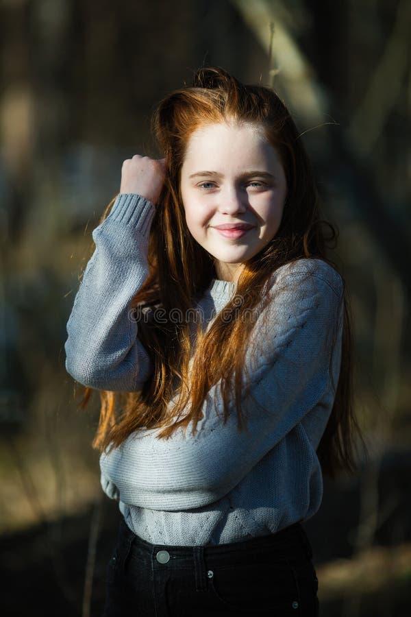 Portret van aantrekkelijk vrolijk tienermeisje met helder rood lang haar royalty-vrije stock foto's