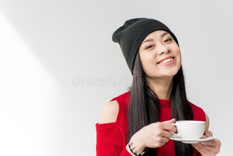 Portret van aantrekkelijke Aziatische geïsoleerd de theekop van de vrouwenholding stock foto