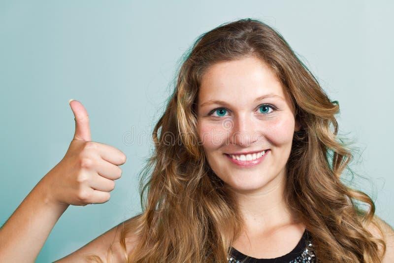 Portret van aantrekkelijke blonde glimlachende vrouw royalty-vrije stock fotografie
