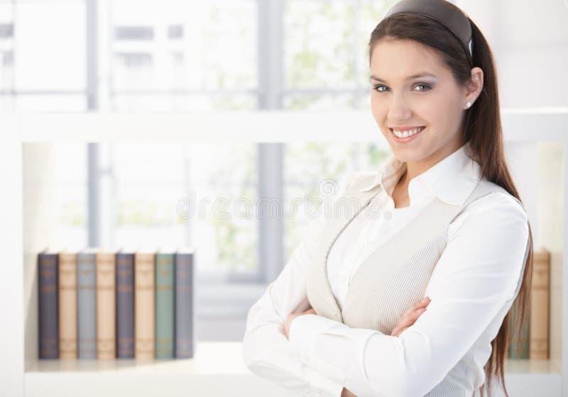 Portret van aantrekkelijke glimlachende vrouw royalty-vrije stock afbeelding